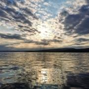 Pent bilde av sol og vann